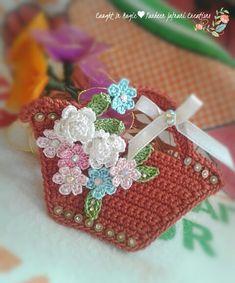 Risultati immagini per fridge croche Crochet Barbie Patterns, Crochet Stitches Patterns, Crochet Chart, Filet Crochet, Crochet Gifts, Diy Crochet, Crochet Phone Cover, Manequin, Crochet Keychain