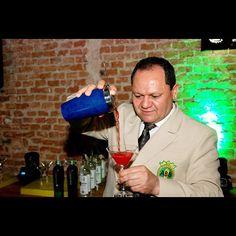 Simpático e muito profissional! Este é o Kascão, barman que nos visitou na segunda 17/09 para nosso aniversário regado a muitos drinks.