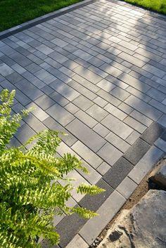 I quite like this brilliant garden walkway Modern Driveway, Driveway Paving, Driveway Design, Garden Paving, Driveway Landscaping, Stone Driveway, Garden Pool, Landscaping Ideas, Landscape Materials