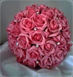 Lindo Bouquet produzido com rosas super delicadas de e.v.a. em tom de rosa pink, pétalas fininhas como uma pétala de rosa natural, aparência e textura super próximas às rosas naturais!