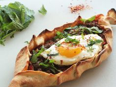 Pide - a Turkish Pizza with lamb egg mint and roasted red pepper puree. Slow Food, Food N, Food And Drink, Turkish Pizza Recipes, Quiches, Macedonian Food, Cooking Recipes, Healthy Recipes, Middle Eastern Recipes