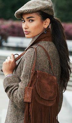 Renouvelez votre look pour l'automne avec un mix de tweed classique et de somptueux daim marron : la sacoche à franges de Polo Ralph Lauren, à porter sur l'épaule ou en bandoulière, est dotée d'un rabat surjeté et de souples rangées de franges bohèmes