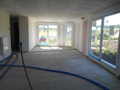 Finition de la préparation alimentation de plomberie avant projection du polyuréthane au sol