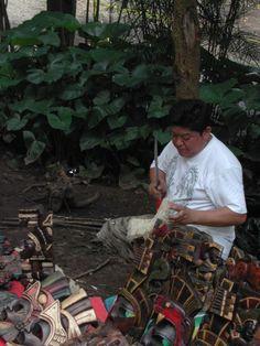 fabriquant de masques de bois au Mexique