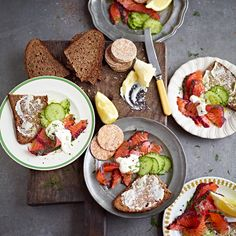 Take a side of salmon and make your own gravlax – it's easier than you think! Pack in the flavour with a sloe gin and blackberry cure, then add dill and tarragon for another level of deliciousness. Fish Recipes, New Recipes, Healthy Recipes, Starter Recipes, Favorite Recipes, Jamie Oliver, Salmon Nutrition, Christmas Starters