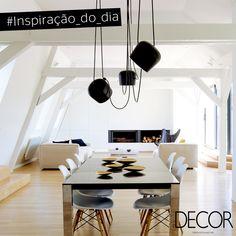 Predominantemente em tons neutros e em madeira, a área de jantar está integrada ao estar e conta com um conjunto discreto e elegante de mesa e cadeiras. O espaço destaca os três irreverentes lustres com acabamento fosco preto e adornos na mesa.