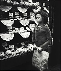 firsttimeuser: A child stares into a Whitechapel bakery window, 1935 When Edith Tudor-Hart wasn't working as a Soviet agent, she was taking lovingly realistic portraits of London's workers and street children. Vintage London, Old London, Photos Du, Old Photos, Vintage Photographs, Vintage Photos, Hungry Children, London History, Women's History