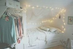 Seems so light, clean and fresh in this room, i love it! But i would pry jazz up the walls a bit knowing me XD