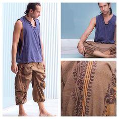 Detalhes da estampa da nossa recém lançada Calça Vibe. Desenhos étnicos tailandeses que vão da cintura aos pés usando cores que se complementam e realçam a cor principal da calça. Veja nossas outras opções em calcathai.com #calçathai #calçavibe #bege #modamasculina #calçatailandesa #lojaonline #modaconsciente