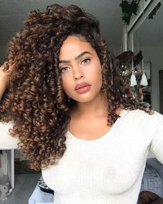 Do you like your wavy hair and do not change it for anything? But it's not always easy to put your curls in value … Need some hairstyle ideas to magnify your wavy hair? Colored Curly Hair, Long Curly Hair, Curly Girl, Wavy Hair, Deep Curly, Naturally Curly Hair, Natural Hair Highlights, Natural Hair Styles, Short Hair Styles