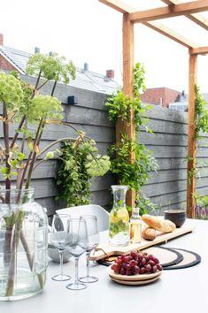 Eigen Huis & Tuin: sfeervolle gezinstuin in Apeldoorn - Tanja van Hoogdalem Urban Ideas, Balcony Garden, Outdoor Gardens, New Homes, Patio, Outdoor Decor, Plants, House, Home Decor