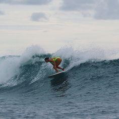 1️⃣ wave 3️⃣ turns. 🌊🏄🏻♀️💦 @macaronis_resort Photos: @juliuswauwau @surf_lounge @mrzogssexwax @cliff_swimwear @shaperssurf #Mentawais #SurferGirl #Macaronis #Surf #Indonesia #SurfTrip #MacaronisResort #SylviBodi