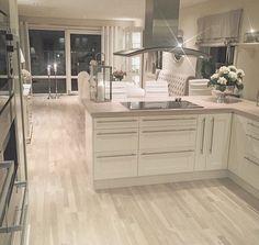 So sassy. So sassy. The post Dream kitchen. So sassy. appeared first on Skandinavisch Diy. Kitchen Interior, New Kitchen, Kitchen Decor, Bright Kitchens, Home Kitchens, Küchen Design, Home Design, Cozy Living Rooms, Dream Decor