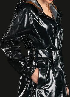 The very best retro rain coat. Vinyl Raincoat, Pvc Raincoat, Plastic Raincoat, Patent Trench Coats, Red Trench Coat, Leather Trench Coat Woman, Leather Jacket, Retro, Vinyl Clothing