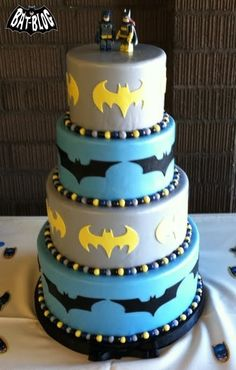 batman wedding cake lol omg my boyfriend would love this well it would have to be green lattern but still awesome! Batman Wedding Cakes, Batman Cakes, Batman Food, Batman Stuff, Lego Batman, Superman, Fancy Cakes, Cute Cakes, Batman Birthday