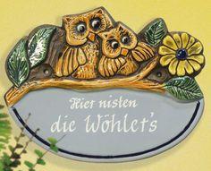 Beschriftetes Keramik Türschild Eulen mit Blumen - Ein freundliches Haustürschild und herzlicher Willkommensgruß. Das Türschild weist die Gäste freundlich darauf hin, welche Familie hier zu Hause ist.