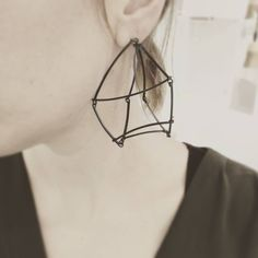 KINETIC CUBE EARRINGS van Charlotte Kort Coppel.