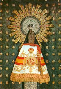 Aquí tienen a la Virgen con el fajín de Capitana General  y el manto con la bandera y el escudo de España; no en balde, hoy se celebra la fiesta nacional de España. Madonna, Juan Pablo Ii, Images Of Mary, Blessed, Mother Mary, Dragon Age, Our Lady, Prayers, Things To Come