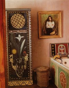 Charleston, the country home of the writers, painters and intellectuals known as the Bloomsbury group. Vanessa Bell's bathroom at Charleston. Vanessa Bell, Virginia Woolf, Murs Roses, Duncan Grant, Bloomsbury Group, Charleston Homes, Charleston Style, Chinoiserie Wallpaper, Art Brut