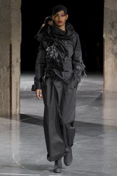 Yohji Yamamoto Fall 2017 Ready-to-Wear collection.