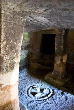 Ossi - Domus de janas di Mesu e Montes   Focolare e pilastro a base quadrangolare nella tomba II