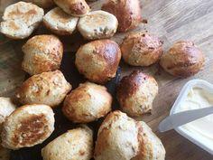 De her boller er virkelig dejlige luftige. P.g.a. hytteosten er de rige på protein, hvilket gør at de mætter længere end almindeligt brød ville gøre det, og derfor egner de sig særdeles godt som morgenbrød, sandwich brød til madpakken med lidt salat, skinke, agurk og tomat eller anden favor.... Bread Recipes, Baking Recipes, A Food, Food And Drink, Cocktail Desserts, Dough Recipe, Yummy Eats, Bread Baking, Let Them Eat Cake