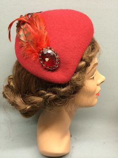 This desirable felt fascinator is the Lucille! It has an asymmetric shape and a sloping crown which forms a tear-drop shape. Trimmed with a beautiful vintage brooch and sleek toning feathers. Colour: Red#Fabhatrix #Edinburgh #Grassmarket #felt #fascinator #occasion