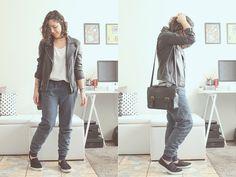 Calça esporte, bolsa carteiro preta, tênis e jaqueta de couro
