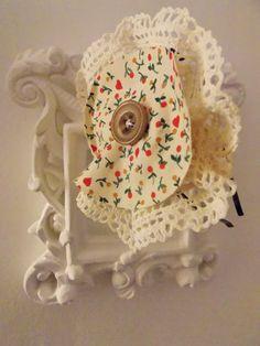 Tiara feito à mão, a flor e feita com tecido com detalhe de florzinhas e renda. Feito sob encomenda R$ 21,90