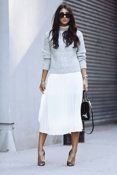 Frauenkleidung - Como usar saia plissada keine visuellen do trabalho - Suéter cinza, saia . White Skirt Outfits, Pleated Skirt Outfit, White Pleated Skirt, White Skirts, Fall Outfits, Work Outfits, Pleated Skirts, Outfit Work, Beige Skirt