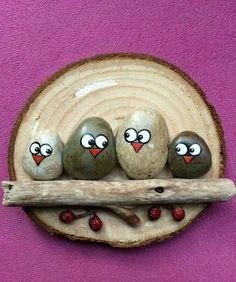 peinture sur galet, des oiseaux en pierres perchés sur un baton