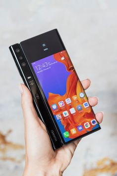HUAWEI Mate X: Un smartphone plegable con tecnología HUAWEI Mate X: Un smartphone plegable con tecnología Sony Mobile Phones, Sony Phone, Newest Cell Phones, New Phones, Smart Phones, Mobile Gadgets, Tech Gadgets, Album Design, Flexible Screen