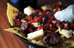 Découvrez nos recettes de nachos maison qui sortent de l'ordinaire; au boeuf, végétaliens, avec guacamole, style poké, dessert, etc.