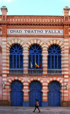 Every February the Gran Teatro Falla is the site of the artistic competitions of the Carnival of Cádiz, Spain. Cool Places To Visit, Places To Travel, Alicante, Architecture Unique, Cadiz Spain, Station Balnéaire, Spain And Portugal, Roadtrip, Canary Islands
