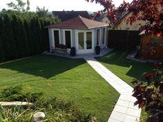 Viele Wege führen zum Gartenhaus: Aber ein gepflasteter Weg sieht besonders gut aus! Dieses 5-Eck-Gartenhaus in Grau und Weiß ist so einfach zu erreichen, auch wenn die Wiese mal matschig ist.