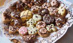 Každý druh vánočního cukroví má své vlastní těsto a vlastní recept. Ingrediencemi se ale od sebe moc neliší. Chcete-li si usnadnit práci, připravte si (nebo nakupte) velkou dávku lineckého. Kromě klasických džemem slepovaných tvarů z něj vyčarujete i košíčky, kakaové dortíčky nebo třeba polomáčené sušenky. Mini Cheesecakes, Cereal, Pudding, Breakfast, Desserts, Food, Morning Coffee, Tailgate Desserts, Deserts