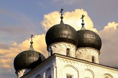 Veliki Novgorod boasts some more gems of cross-domed architecture. The Katholikon of the Antoniev Monastery, built around 1122, is one of the oldest and most precious examples.