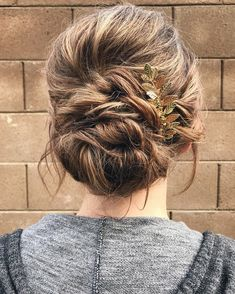 Messy and relaxed updo - Romantic wedding hairstyles for long hair | fabmood.com #weddinghair #hairstyle #messyupdo #updoshorthair #upstyle #weddinginspo #bridalhairstyles
