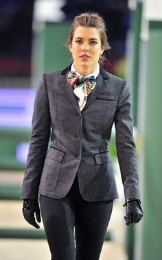 FEMINA - Modéstia e elegância: Charlotte Casiraghi, neta da Grace Kelly, em equestrian style