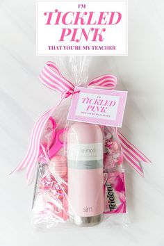 Easy and last-minute Back To School Teacher Gift Ideas for you to gift to your child's new teacher at school! gift baskets back to school Back To School Teacher Gift Ideas - Easy & Last-Minute - Pizzazzerie Funny Teacher Gifts, Teacher Christmas Gifts, Teacher Appreciation Gifts, Teacher Treats, Employee Appreciation, Teacher Stuff, Back To School Gifts For Teachers, Diy Back To School, Teacher Gift Baskets