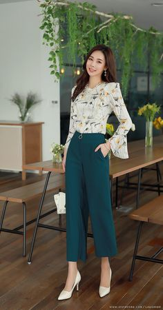 Banana Republic is a popular go-to for women working in the corporate world. The… - Women's Life Style Smart Casual Outfit, Classy Work Outfits, Office Outfits Women, Elegant Outfit, Mode Outfits, Chic Outfits, Fashion Outfits, Smart Casual Women Office, Summer Outfits