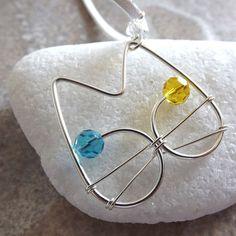 gato binks - colar com pingente em forma de gato em fio de prata importado com olhinhos azuis e amarelos de cristal e cordão de camurça sintética