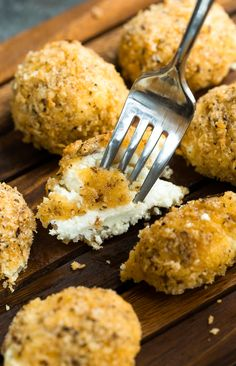 Today we're making walnut panko baked goat cheese balls! These honey drizzled crispy goat cheese bites are baked instead of fried and make a fabulous appetizer and salad topper. I'm totally crushing on all things goat cheese right now. Goat Cheese Ball Recipe, Baked Goat Cheese, Goat Cheese Recipes, Cheese Bread, Samosas, Empanadas, A Food, Food And Drink, Cheese Bites