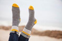 Super association de couleurs et de motifs pour ce Jumping Jacks pattern by Plucky Knitter Design