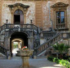 | Sicilia- Palermo | Villa Palagonia , en Bagheria ( barrio de Palermo ) . Data de mediados de 1700 , y famosa tanto por su belleza y su excentricidad - es decir, los monstruos de piedra grotescas encima de las paredes que rodean la villa .