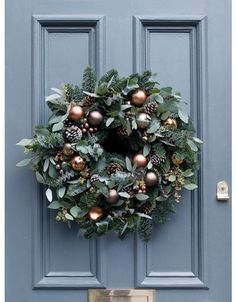 Türschmuck You are in the right place about DIY Wreath wire Here we offer you the most beautiful pictures about the DIY Wreath twig you are looking for. When you examine the Türschmuck part of the pic Homemade Christmas Wreaths, Christmas Pine Cones, Christmas Wreaths For Front Door, Christmas Door Decorations, Holiday Wreaths, Christmas Diy, Christmas Ornaments, Holiday Decor, Rustic Christmas