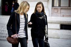 Street Style: Modelos en París. Tras el desfile: conversaciones, skinny jeans negros y camisetas navy.