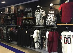 Shoe Store Design, Clothing Store Design, Retail Store Design, Starting A Clothing Business, Visual Merchandising Fashion, Clothing Boutique Interior, Fancy Store, Jeans Diesel, Clothing Store Displays