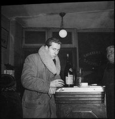 * Portrait de Bernard Buffet au comptoir du café, Café Constant, Paris, 1950 © Denise Colomb