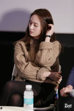 Krystal who recently became an actress she was wearing a knit during a production press conference(? I'm blinded by her prettiness. Krystal Fx, Jessica & Krystal, Jessica Jung, Korean Girl, Asian Girl, Krystal Jung Fashion, Ulzzang Kids, Becoming An Actress, Sulli